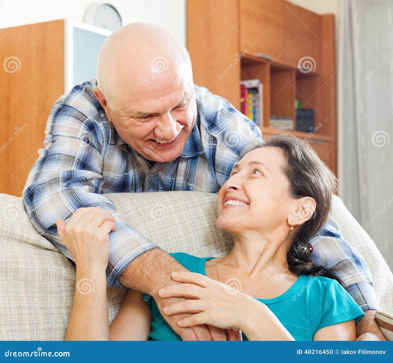 Sortir avec un homme plus âgé : quelles sont les avantages ?