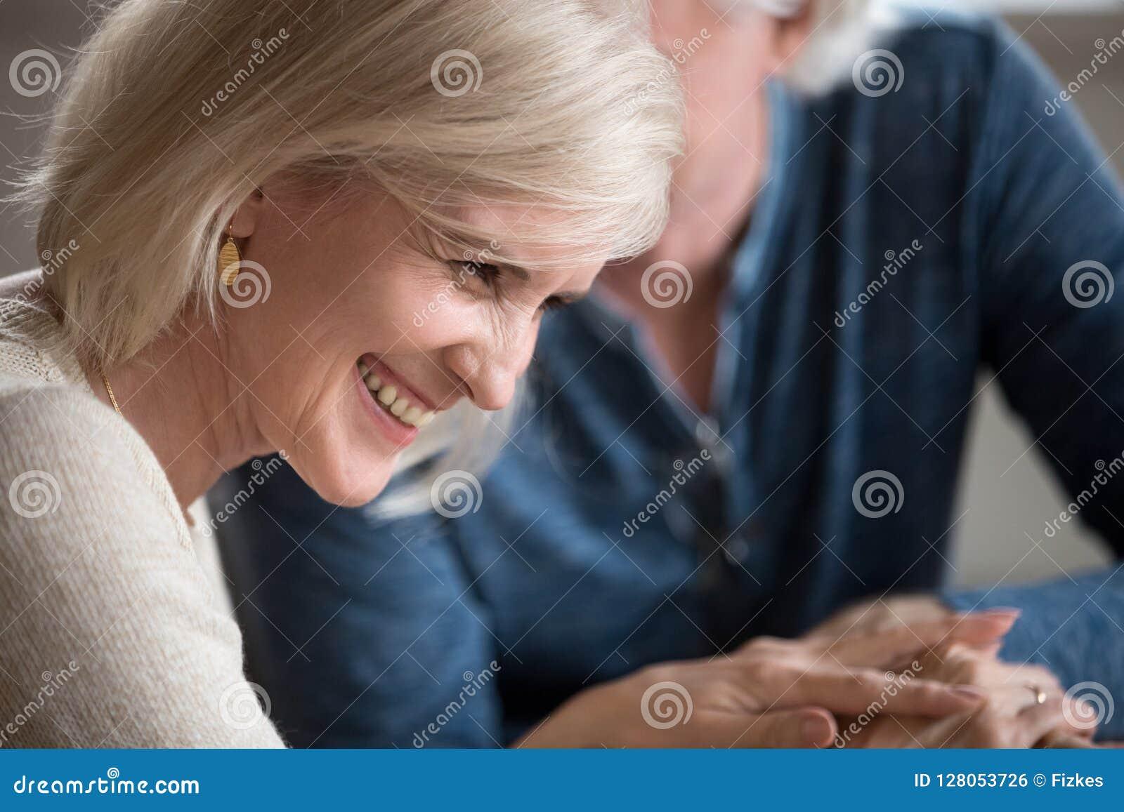 Comment flirter avec un homme plus âgé: 13 étapes