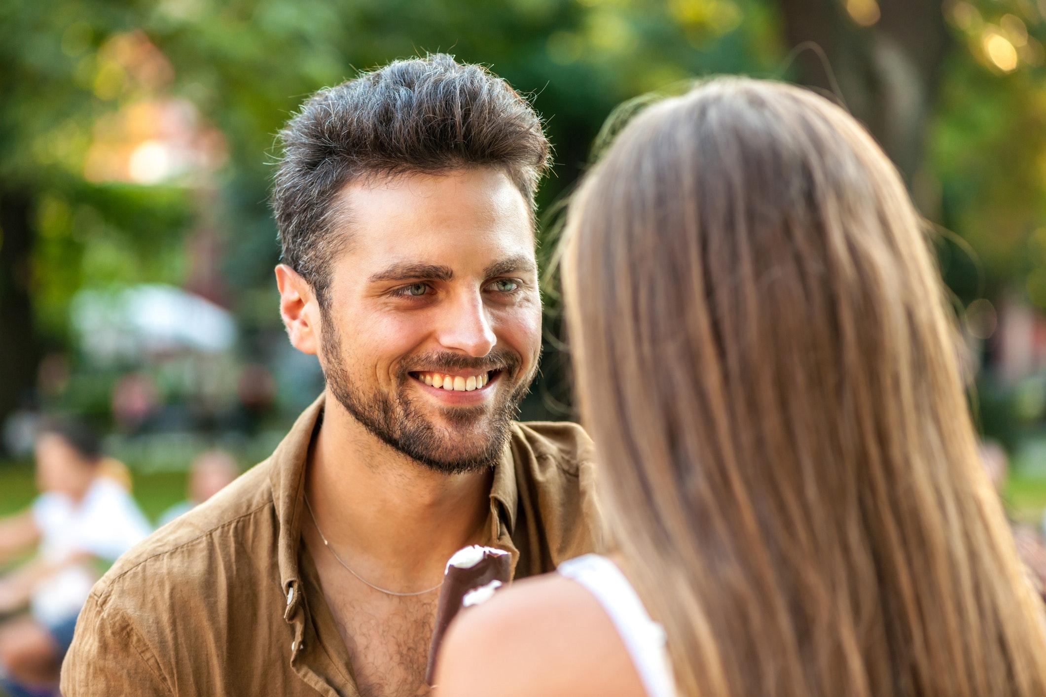 hvordan flirter en mand)