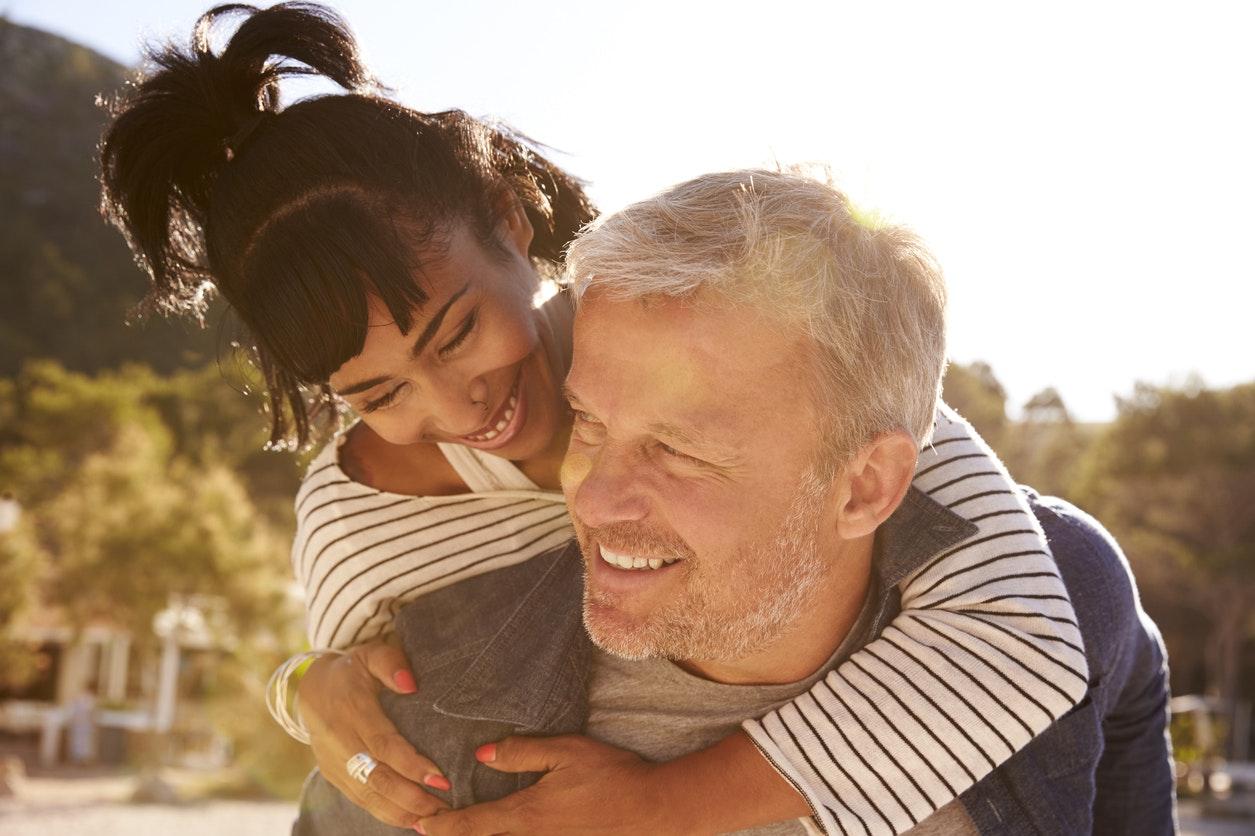 Je suis avec un homme de 10 ans plus jeune que moi | Santé Magazine