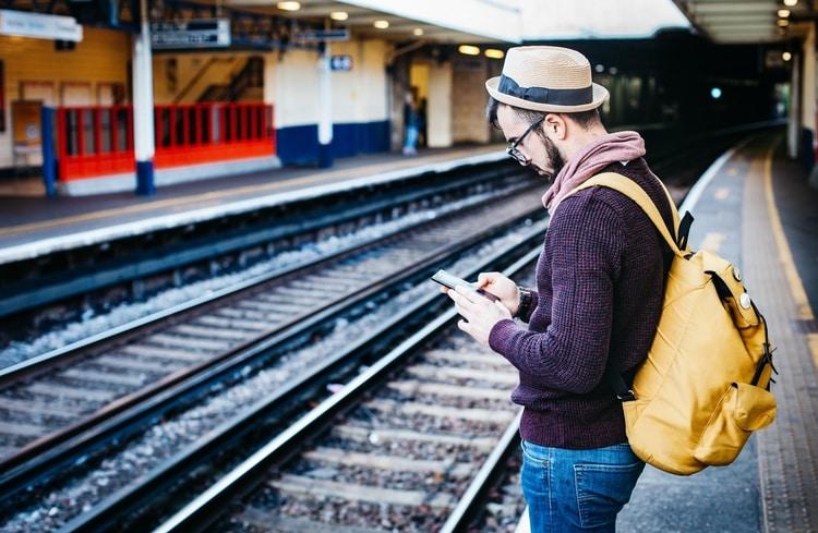 Comment rencontrer des personnes quand on voyage seul ?
